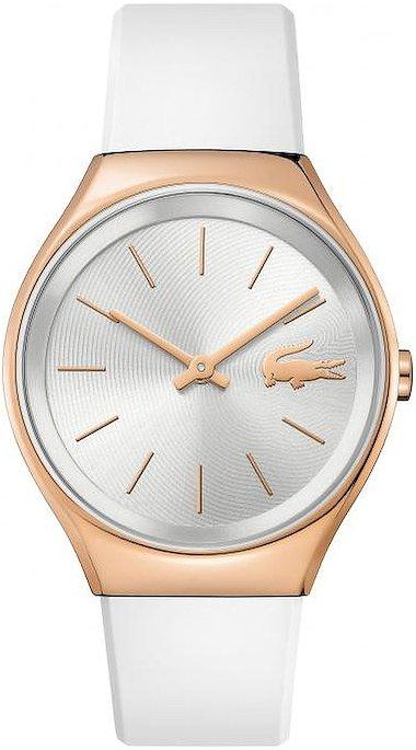 Młodzieżowy, damski zegarek Lacoste 2000966 na pasku z tworzywa sztucznego w białym kolorze, koperta zegarka jest ze stali w kolorze złotego różu. Analogowa tarcza jest w srebrnym kolorze z indeksami, wskazówkami oraz krokodylem w kolorze różowego złota.