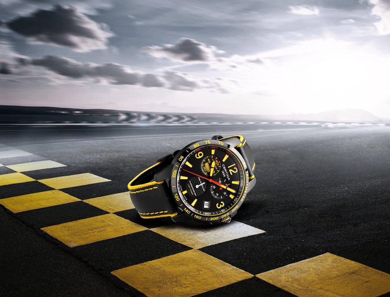 Sportowy, męski zegarek Certina C034.453.36.057.10 DS Podium Chronograph Lap Timer na skórzanym czarnym pasku z parcianymi bokami w żółtym kolorze. Koperta zegarka Certina jest również czarna ze stali. Bezel zegarka jest w czarnym kolorze z żółtymi oznakowaniami a analogowa tarcza w czarnym kolorze z subtarczami, które podkreślone są kolorami takimi jak: żółty, czerwony oraz biały.