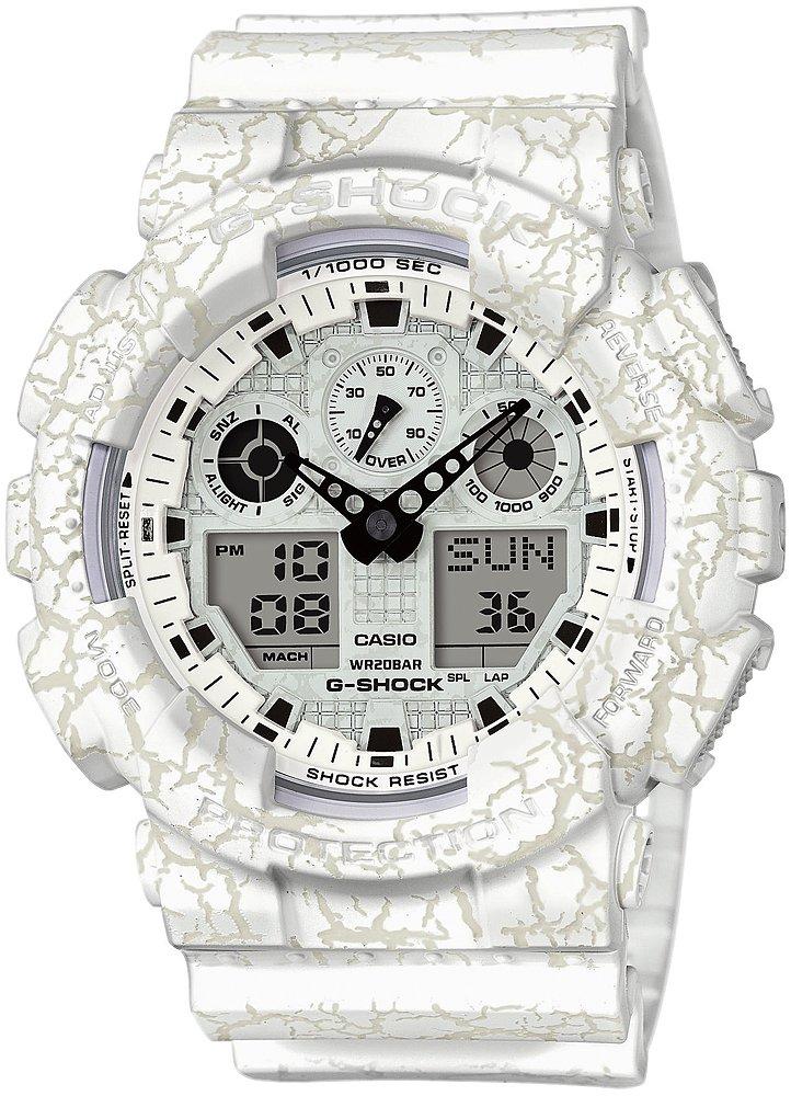 Japoński, męski zegarek G-Shock GA-100CG-7AER CRACKED GROUND na pasku oraz kopercie z tworzywa sztucznego w kolorze beżowo-białym. Bransoleta oraz koperta posiadają wzór popękanej ziemi. Analogowo-cyfrowa tarcza jest w kolorze białym z czarnymi detalami.