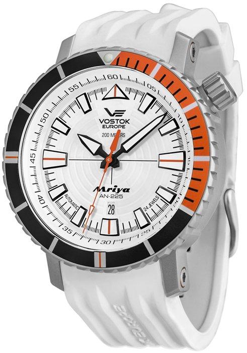 Limitowany, męski zegarek Vostok Europe NH35A-5555233 Mriya Automatic na białym pasku z tworzywa sztucznego, koperta jest w srebrnym kolorze ze stali. Analogowa tarcza jest w białym kolorze z biało-czarnymi indeksami oraz wskazówkami. Wygląd zegarka został podkreślony przez pomarańczowe detale.