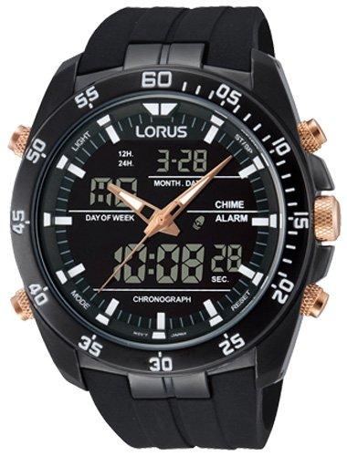 Modny, męski zegarek Lorus na pasku z tworzywa sztucznego w czarnym kolorze, z czarną kopertą wykonaną ze stali. Analogowo- cyfrowa tarcza zegarka Lorus jeat w czarnym kolorze z białymi indeksami. Koronka, przyciski oraz wskazówki są w kolorze różowego złota.