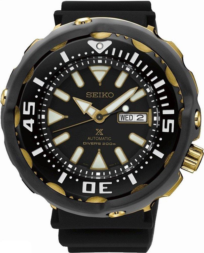 Wodoodporny, męski zegarek Seiko SRPA82K1 Diver's na czarnym silikonowym pasku z okrągłą tarczą ze stali oraz ceramiki w czarnym i złotym kolorze. Tracza zegarka jest w czarnym kolorze z białym i złotym oznakowaniem indeksów jak i wskazówek.