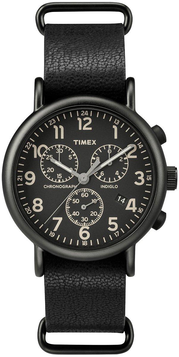 Klasyczny, męski zegarek Timex TW2P62200 Weekender™ Chrono Oversized na skórzanym pasku. Okrągła koperta zegarka jest wykonana ze stali w czarnym kolorze. Tarcza zegarka jest czarna z beżowymi indeksami, subtarczami jak i wskazówkami.