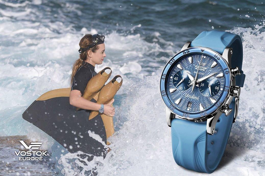 Zdjęcie kobiety z płetwą do pływania i zegariem Vostok VK64-515A526