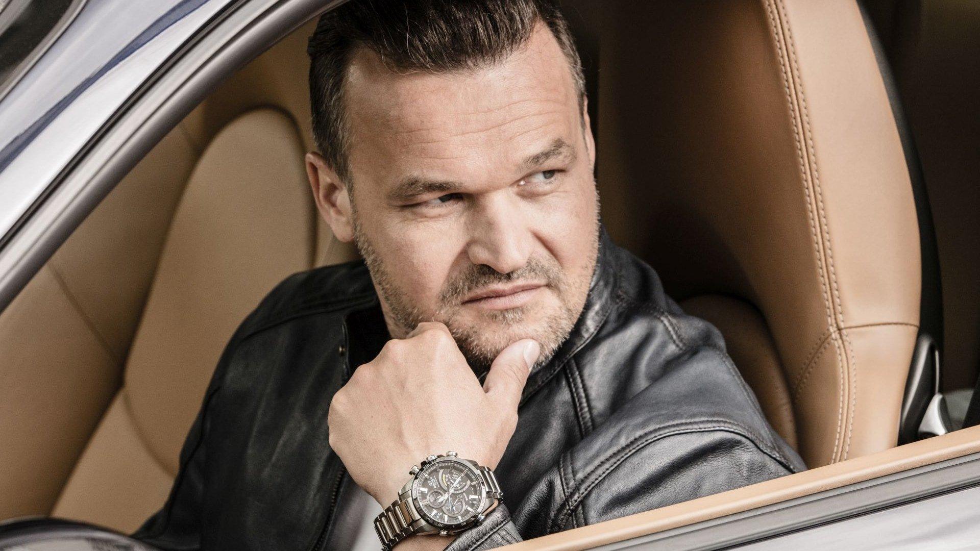 Luksusowy, męski zegarek Casio Edifice EQB-501XDB-1AER Premium na srebrnej, stalowej bransolecie i kopercie z analogową tarczą oraz subtarczami. Zegarek posiada funkcję pomiaru prędkości.
