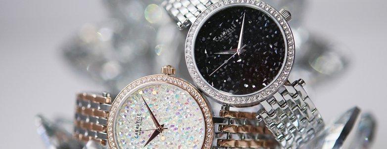 Biżuteryjne, damskie zegarki Caravelle New York na stalowych bransoletach w kolorze srebrnym oraz różowo-złotym z srebrem. Koperty w okół tarczy są ozdobione cyrkoniami a sama tarcza mieni się dzięki kryształkom Swarovskiego.