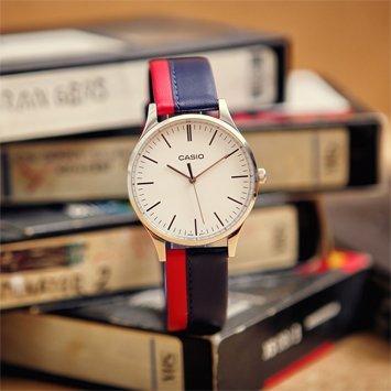 Klasyczny zegarek Casio MTP-E133L-2EEF Perfect Duo Blueberry & Strawberry na skórzanym pasku w kolorze niebieskim i czerwonym z srebrną, stalową kopertą. Analogowa tarcza zegarka Casio jest w białym kolorze z czarnymi indeksami w postaci kreseczek.