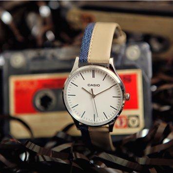 Stylowy, męski zegarek Casio MTP-E133L-7EEF Perfect Duo Jeans & Linen na skórzanym pasku w z dżinsem, z srebrną, stalową kopertą. Analogowa tarcza zegarka Casio jest w białym kolorze z czarnymi indeksami w postaci kreseczek.