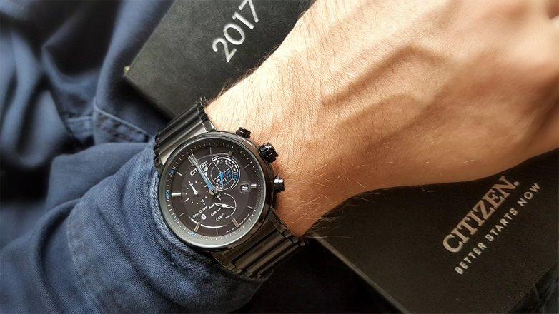 Klasyczny, męski zegarek Citizen BZ1006-82E Smartwatch na stalowej, czarnej bransolecie.