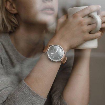 Klasyczny, męski zegarek Skagen SKT1104 HAGEN CONNECTED na skórzanym pasku w brązowym kolorze. Koperta zegarka jest w srebrnym kolorze ze stali. Analogowa tarcza zegarka Skagen jest w czarnym kolorze z srebrnymi wskazówkami jak i indeksami.