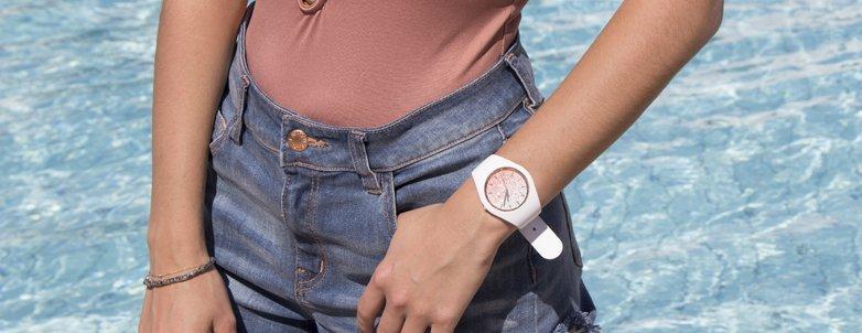 Młodzieżowy, damski zegarek ICE Watch ICE.013431 ICE lo White Pink na białym pasku z okrągła kopertą, z tworzywa sztucznego. Analogowa tarcza jest pokryta mieniącymi się drobinkami w różowo, białe ombre.