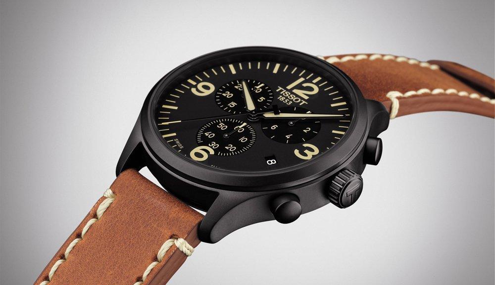 Elegancki, męski zegarek Tissot T116.617.36.057.00 CHRONO XL na skórzanym brązowym pasku z stalową, okrągłą kopertą w czarnym kolorze. Analogowa tarcza jest w czarnym kolorze z datownikiem oraz subtarczami. Wszystkie oznakowania na tarczy łącznie z wskazówkami są w beżowym kolorze.