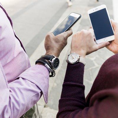 Klasyczny, męski zegarek Timex TW2P93200 IQ+ Move Smartwatch oraz TWG013500 Smartwatch IQ+ Move Smartwatch na skórzanych paskach w kolorze czarnym oraz beżowym. Koperty oby zegarków są wykonane ze stali w srebrnym kolorze. Tarcze zegarków są analogowe w kolorze czarnym oraz białym.