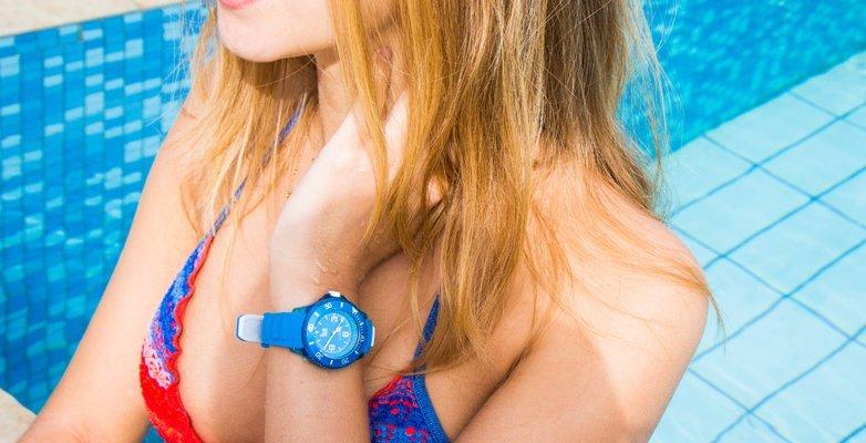 Modny, damski zegarek ICE Watch na niebieskim pasku z tworzywa sztucznego z tego samego materiału została zrobiona koperta, również w tym samym kolorze. Tarcza zegarka jest analogowa w niebieskim kolorze.