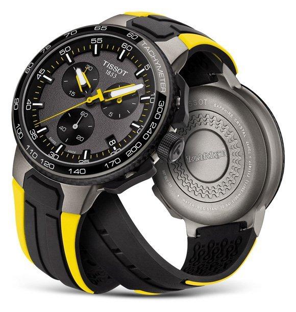 Tracza zegarka Tissot T111.417.37.441.02 TOUR DE POLOGNE jest w szarym kolorze z czarnymi subtarczami. Wskazówki oraz indeksy są w białym oraz żółtym kolorze.