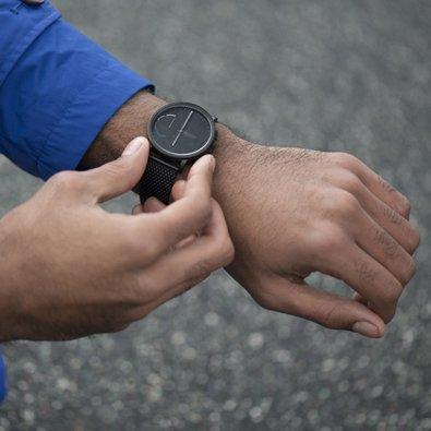 Kwarcowy, męski zegarek Skagen SKT1109 HAGEN CONNECTED na czarnej bransolecie typu mesh z analogowa tarcza w czarnym kolorze. Koperta zegarka jest również w czarnym kolorze jak i tarcza.