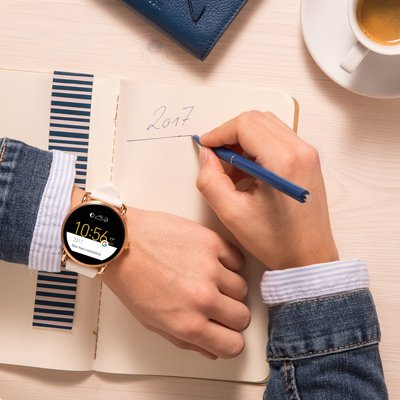 Modny, męski zegarek Fossil FTW2102 Q Wander Smartwatch na skórzanym pasku w kolorze jasnego brązu. Ekran zegarka jest cyfrowy, dotykowy.