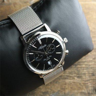 Szwajcarski, męski zegarek Atlantic  64456.41.61 Super De Luxe na srebrnej, stalowej bransolecie typu mesh z okrągłą koperta w srebrnym kolorze ze stali. Tracza zegarka w czarnym kolorze z białymi subtarczami i datownikiem. wskazówki oraz indeksy są w srebrnym kolorze.