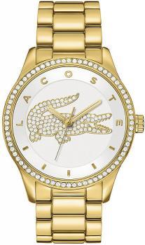 Modny, damski zegarek Lacoste 2000827 Victoria na bransolecie oraz kopercie wykonanych ze stali w złotym kolorze. Analogowa tarcza zegarka jest w białym kolorze z nadrukiem krokodyla wysadzanego cyrkoniami. Wskazówki jak i indeksy są w złotym kolorze.