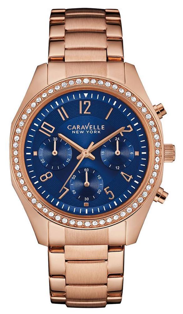 Elegancki, damski zegarek Caravelle 44L196 na bransolecie z koperta wykonanych ze stali w kolorze różowego złota. Tarcza zegarka Caravelle jest w niebieskim kolorze z trzema subtarczami, a indeksy oraz wskazówki są w kolorze różowego złota.