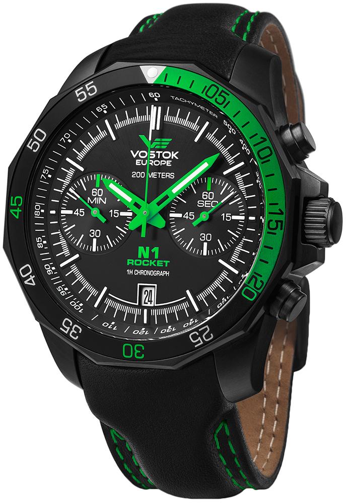 Limitowany, męski zegarek Vostok Europe 6S21-2254252SIL Rocket N-1 Chrono na skórzanym czarnym pasku z okrągłą, stalową kopertą pokryta powłoka PVD w czarnym kolorze. Analogowa tarcza zegarka jest w czarnym kolorze z dwoma subtarczami oraz zielonymi wskazówkami.