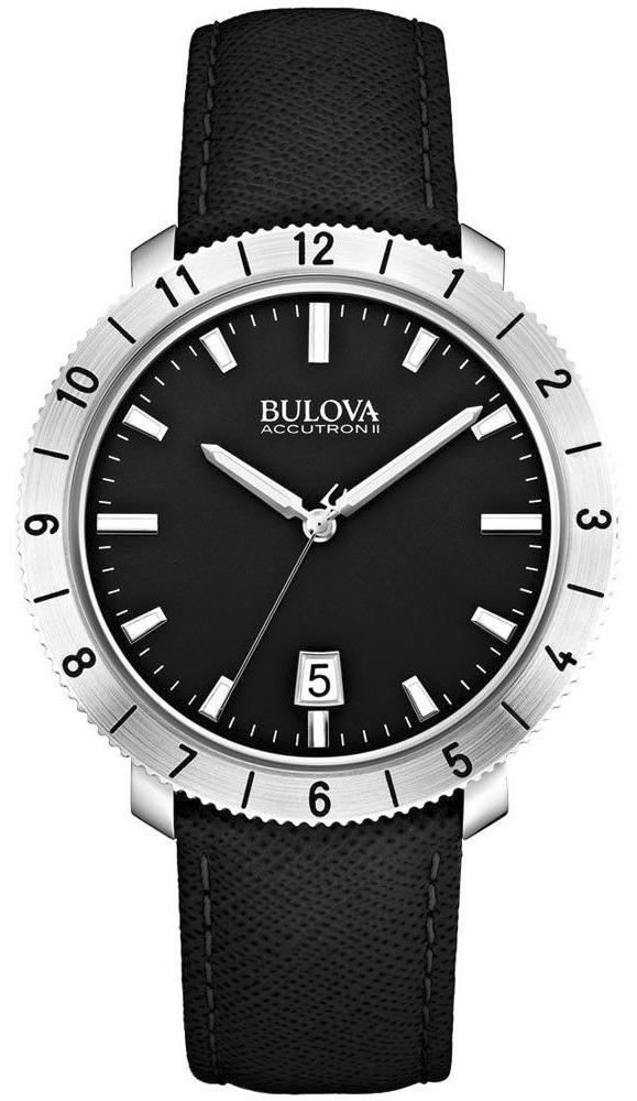 Klasyczny, męski zegarek Bulova 96B205 Bulova Accutron II na skórzanym, czarnym pasku ze stalową okrągłą kopertą w srebrnym kolorze. Analogowa tarcza zegarka jest w czarnym kolorze z srebrnymi indeksami oraz wskazówkami oraz datownikiem na godzinie szóstej.