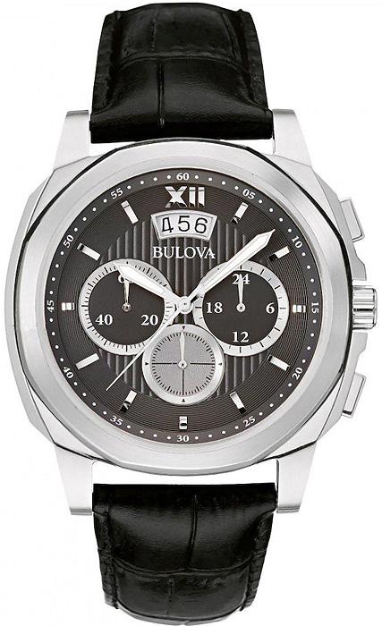 Elegancki, męski zegarek Bulova 96B218 Classic na skórzanym, czarnym pasku z srebrną kopertą wykonana ze stali. Tarcza zegarka jest giloszowana w czarnym kolorze z trzema subtarczami oraz datownikiem na godzinie szóstej. Indeksy jak i wskazówki są w srebrnym kolorze w postaci kresek.