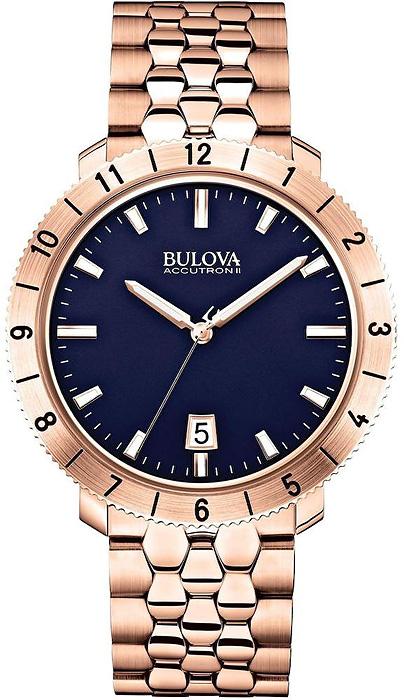 Luksusowy, męski zegarek 97B130 Bulova Accutron II na stalowej bransolecie pokrytej PVD w kolorze różowego złota. Koperta zegarka Bulova jest okrągła ze stali w kolorze różowego złota. Analogowa tarcza jest minimalistyczna w niebieskim kolorze z datownikiem na godzinie szóstej oraz indeksami i wskazówkami w postaci kresek w kolorze różowego złota.