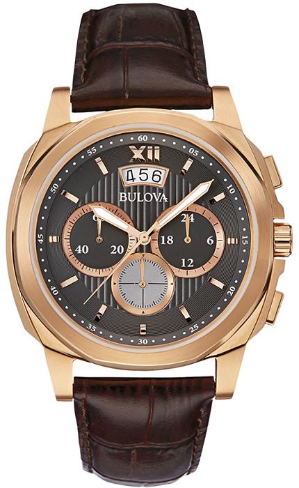 Klasyczny, męski zegarek Bulova 97B136 Classic na skórzanym brązowym pasku z koperta wykonaną ze stali, która pokryta jest PVD w kolorze różowego złota. Giloszowana tarcza jest w kolorze czarnym z trzeba subtarczami oraz datownikiem na godzinie szóstej. Wskazówki jak i indeksy są w kolorze różowego złota.
