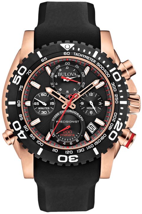 Sportowy, męski zegarek Bulova 98B211 Precisionist na pasku z tworzywa sztucznego oraz niestandardowej kopercie wykonanej ze stali z powłoką PVD w kolorze różowego złota. Bezel zegarka Bulova jest w czarnym kolorze z białymi oznaczeniami. Tarcza zegarka jest czarna z czterema subtarczami oraz wskazówkami w kolorze czerwonym i różowego złota.