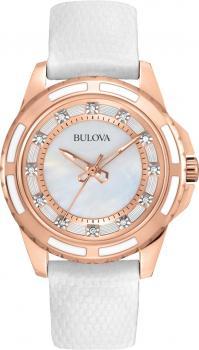 Elegancki, damski zegarek Bulova 98P119 na skórzanym, białym pasku z kopertą wykonaną ze stali z powłoką PVD w kolorze różowego złota. Analogowa tarcza jest z masy perłowej ozdobiona diamentami. Diamenty na tarczy zastępują indeksy a wskazówki są w kolorze różowego złota.