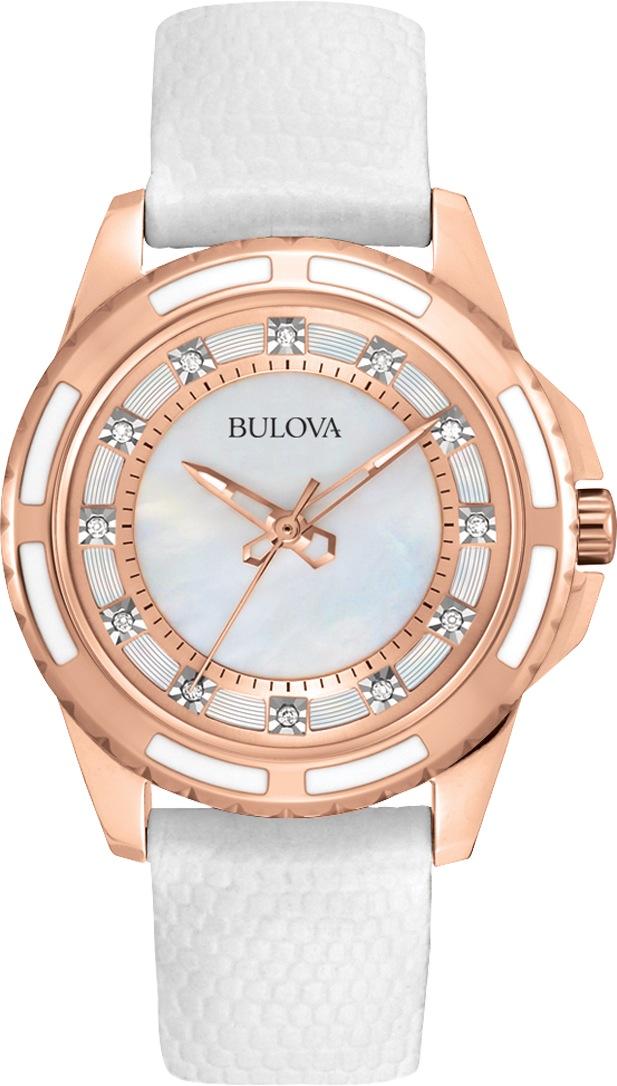 Elegancki, damski zegarek Bulova 98P119 Diamond na białym skórzanym pasku z kopertą ze stali pokrytą powłoka PVD w kolorze różowego złota. Tarcza zegarka jest perłowa z diamentami na każdej godzinie oraz wskazówkami w kolorze różowego złota.