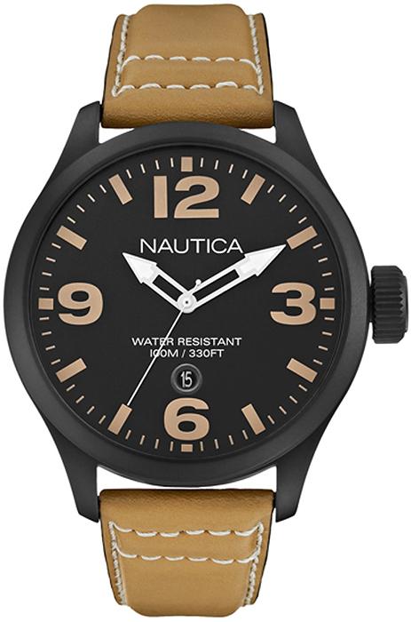 Elegancki, męski zegarek Nautica A14633G na skórzanym brązowym pasku z koperta w kolorze czarnym wykonaną ze stali. Analogowa tarcza zegarka jest w czarnym kolorze z datownikiem na godzinie szóstej. Indeksy zegarka są w brązowym kolorze, a wskazówki w białym.