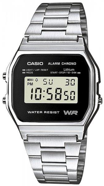 Retro, męski zegarek Casio A158WEA-1EF VINTAGE Maxi na stalowej bransolecie w srebrnym kolorze. Koronka zegarka Casio jest wykonana w niestandardowym kształcie z tworzywa sztucznego w srebrnym kolorze. Cyfrowa tarcza zegarka jest czarna na około tarczy znajdują się litery jak i cyfry w białym kolorze.