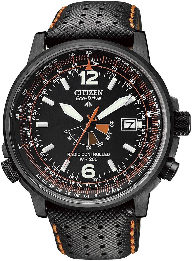 Retro, męski zegarek Citizen AS2025-09E Promaster Sky na skórzanym pasku w czarnym kolorze z pomarańczowymi szwami. Koperta zegarka Citizen jest w czarnym kolorze ze stali z powłoką PVD. Analogowa tarcza zegarka jest w czarnym kolorze z pomarańczowymi zdobieniami. Na tarczy znajduje się datownik na godzinie trzeciej.