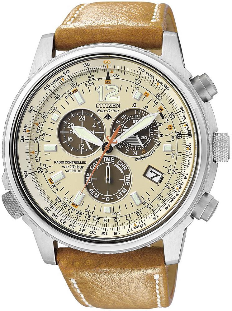 Lotniczy, męski zegarek Citizen  AS4020-44B Promaster Sky na brązowym pasku wykonanym ze skóry ze stalową kopertą w srebrnym kolorze. Analogowa tarcza zegarka Citizen jest w beżowym kolorze z trzema subtarczami w brązowym odcieniu. Wskazówki jak i indeksy są w białym kolorze pokryte powłoką Neobrite.