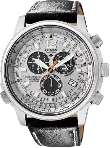 Lotniczy, męski zegarek Citizen AS4020-44H Promaster Sky na skórzanym pasku w czarnym kolorze z srebrna koperta wykonaną ze stali. Analogowa tarcza zegarka jest w srebrnym kolorze z trzeba czarnymi subtarczami oraz datownikiem.