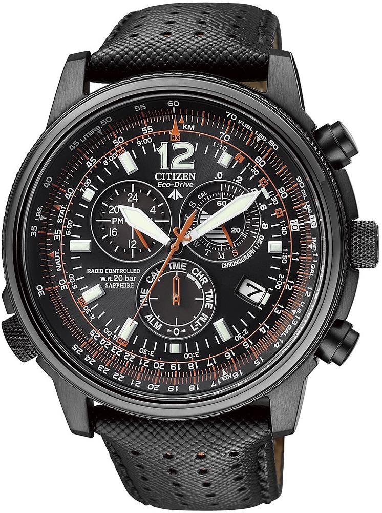 Sportowy, męski zegarek Citizen AS4025-08E Promaster Sky na skórzanym, czarnym pasku z koperta wykonaną ze stali z czarną powłoką PVD. Analogowa tarcza zegarka jest w czarnym kolorze z pomarańczowymi akcentami oraz z 3 subtarczami i datownikiem na godzinie czwartej.