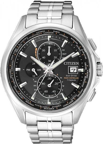 Klasyczny, męski zegarek Citizen na pasku z kopertą wykonanych z tytany w srebrnym kolorze. Tarcza zegarka jest czarna z trzema subtarczami oraz datownikiem na godzinie trzeciej. Wskazówki jak i indeksy są w srebrnym kolorze.
