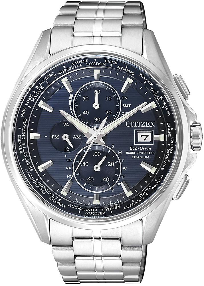 Klasyczny, męski zegarek Citizen AT8130-56L Eco-Drive Titanium na bransolecie oraz kopercie wykonanych z tytanu w srebrnym kolorze. Analogowa tarcza zegarka jest w niebieskim kolorze z trzema mniejszymi subtarczami w granatowym kolorze oraz datownikiem na godzinie trzeciej. Wskazówki jak i indeksy są w srebrnym kolorze.