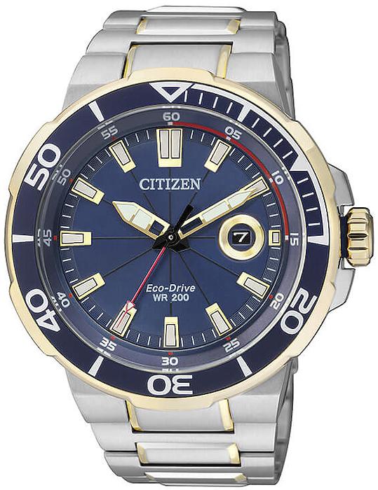Sportowy, męski zegarek Citizen AW1424-62L Sport na stalowej bransolecie w srebrnym oraz złotym kolorze. Okragła koperta zegarka jest wykonana ze stali w dwóch kolorach takich jak złoty oraz srebrny. Analogowa tarcza zegarka jest w niebieskim kolorze z datownikiem oraz złotymi wskazówkami.