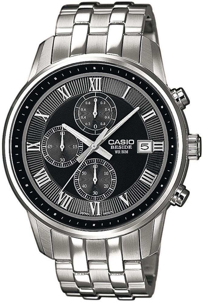 Klasyczny, męski zegarek Casio BEM-511D-1AVEF Beside na stalowej srebrnej bransolecie. Okrągła koperta zegarka została wykonana ze stali w srebrnym kolorze. Analogowa tarcza zegarka jest w czarnym kolorze z trzema subtarczami oraz datownikiem na piątej godzinie. Indeksy oraz wskazówki zegarka są w kolorze srebrnym.