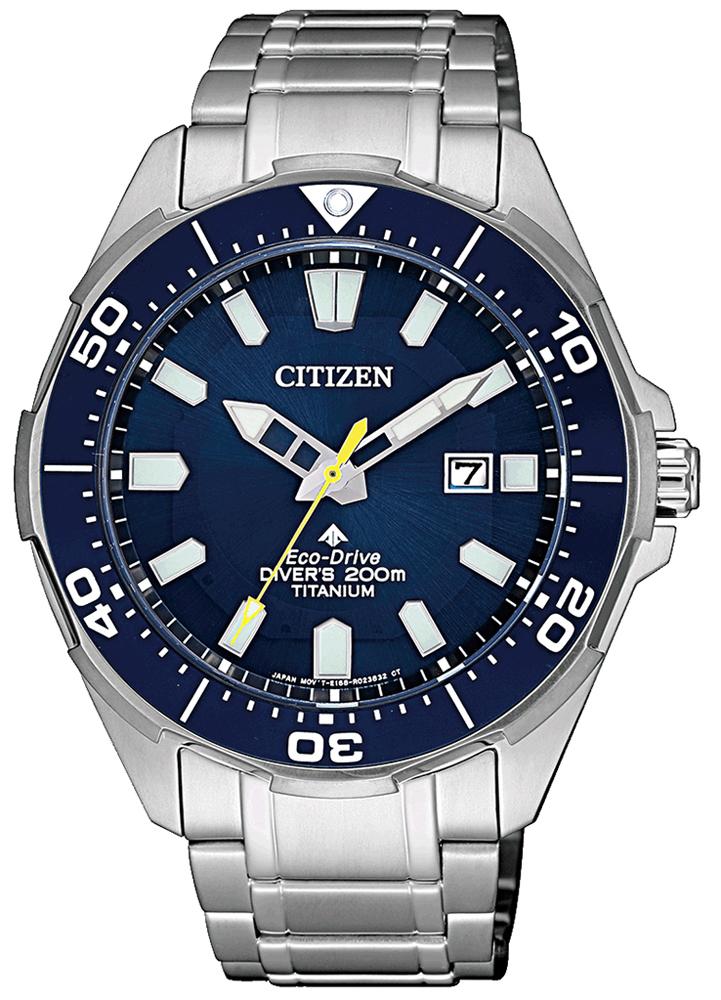 Sportowy, męski zegarek Citizen na srebrnej, klasycznej bransolecie z tytany oraz koperta w tym samym kolorze materiały co bransoleta. Analogowa tarcza zegarka jest w niebieskim kolorze.