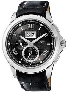 Klasyczny, męski zegarek Citizen BT0001-12E na czarnym pasku wykonanym ze skóry oraz kopercie w srebrnym kolorze ze stali. Tarcza zegarka jest w czarnym kolorze z jedną subtarczą. Wskazówki oraz indeksy są w srebrnym kolorze.