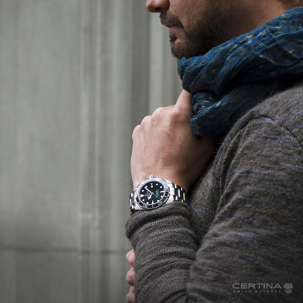 Klasyczny, męski zegarek Certina z wieloma użytecznymi funkcjami takimi jak: dzień miesiąca, powłokę świetlną Neobrite oraz rezerwę chodu na 80 godzin.