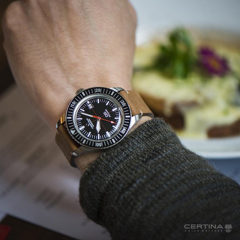 Luksusowey, meski zegarek Certina na skórzanym pasku z czarna analogową tarczą i przejrzystymi indeksami.