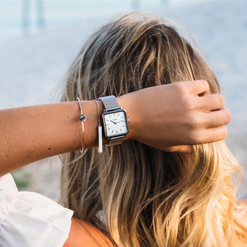 Elegancki zegarek Cluse z kwadratową tarczą w srebrnym kolorze