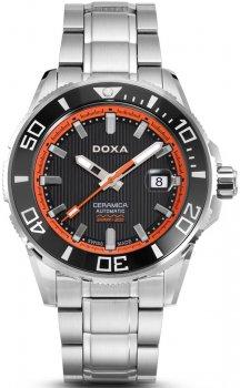 Luksusowy, męski zegarek Doxa D127SBO Into the Ocean na bransolecie oraz kopercie ze stali w srebrnym kolorze. Bezel zegarka jest czarny tak samo jak tarcza. Tarczę okala pomarańczowy okrąg. Na giloszowanej tarczy znajduję się datownik na godzinie trzeciej. Wskazówki jak i indeksy są w białym kolorze z pomarańczową wskazówką sekundnika.