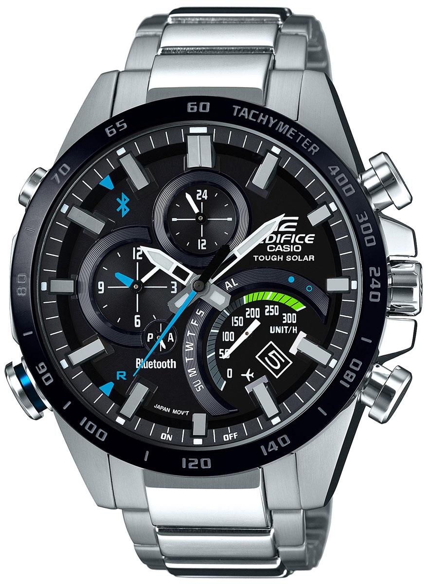 Sportowy, męski zegarek Casio Edifice EQB-501XDB-1AER Premium na srebrnej, stalowej bransolecie z czarną, analogowa tarczą ozdobioną niebieskimi jak i zielonymi akcentami oraz czarnym bezelem.