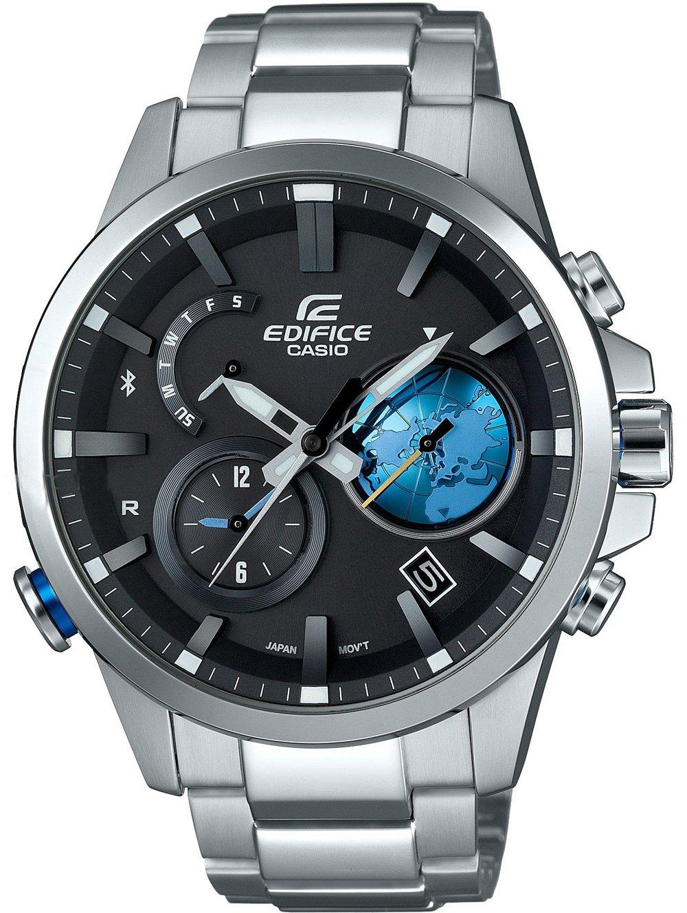 Japoński, męski zegarek Casio Edifice EQB-600D-1A2ER Premium na srebrnej, stalowej bransolecie z okrągłą, stalową, srebrną kopertą. Analogowa tarcza zegarka jest w czarnym kolorze. Na tarczy znajdują sie również subtarcze podkreślone niebieskimi zdobieniami.